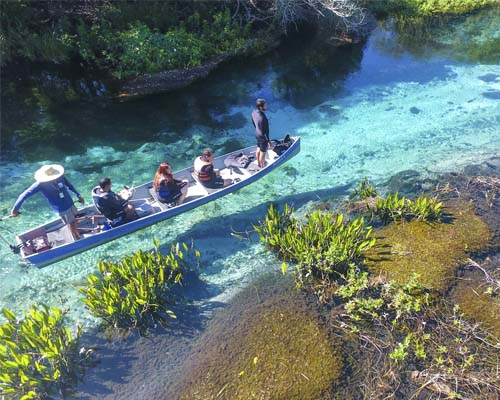 Barco flutua nas águas cristalinas da Barra do Sucuri Bonito MS Brasil Bonito Incomparável Fotógrafo Breno Teixeira