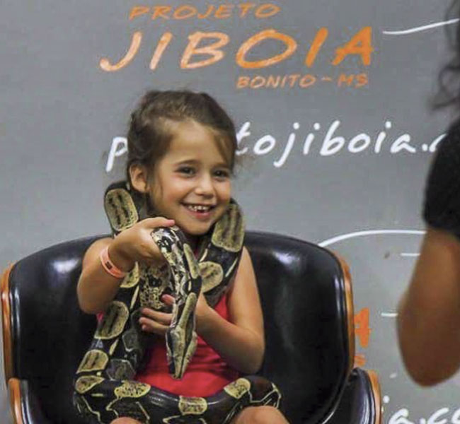 Projeto-Jiboia-Criança-com-cobra-Bonito-MS-Brasil-Bonito-Incomparável