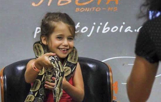 Projeto Jiboia - Criança com cobra Bonito MS Brasil Bonito Incomparável